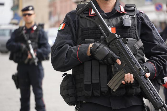 Reparti speciali carabinieri per la prevenzione al terrorismo in piazza del Plebiscito a Napoli